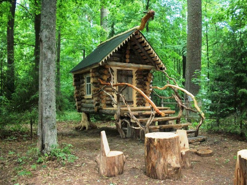 Избушка Бабы-Яги в лесах под Севском.